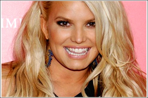Jessica Simpson Lively Long Blonde Frisur mit braunen Lowlights